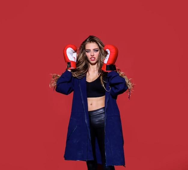 ボクシングの赤いボクシンググローブトレーニングボクサーmma女性戦闘機スポーティなセクシーな女の子を持つ美しい女性