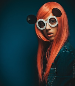 Красивая женщина с рыжими волосами в больших солнцезащитных очках