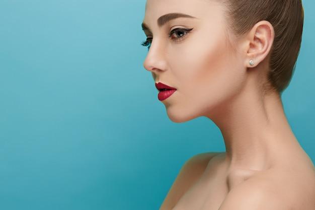 붉은 입술으로 아름 다운 여자