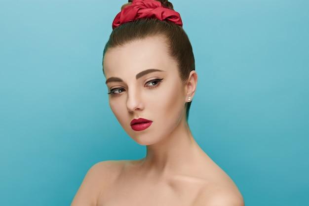 Красивая женщина с красными губами