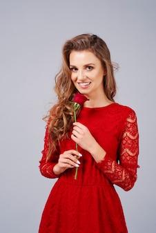 Bella donna con rosa rossa
