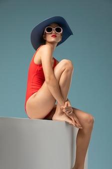 Bella donna con il costume da bagno rosso