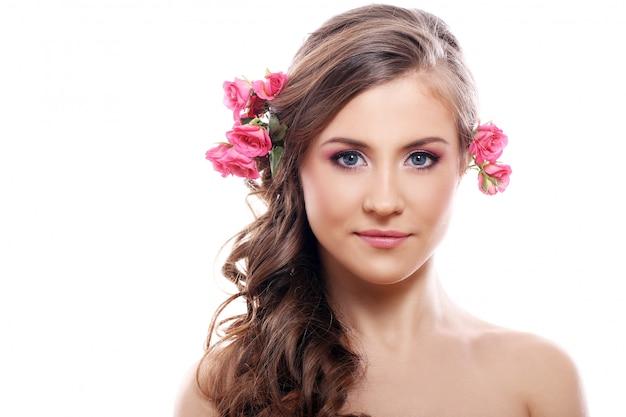 Красивая женщина с розами в волосах