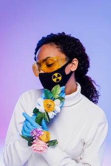 Красивая женщина в защитных очках и цветочных перчатках