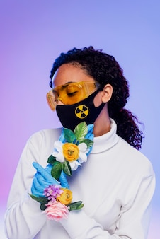 Bella donna con occhiali di sicurezza e guanti floreali