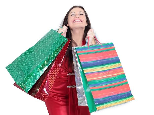 Красивая женщина с хозяйственными сумками для рождественских покупок