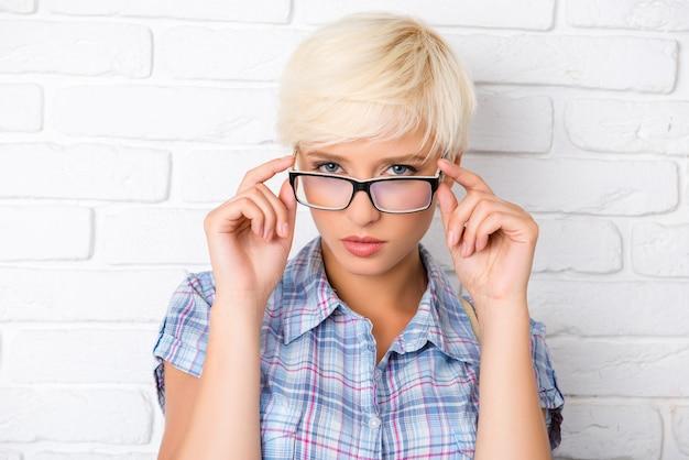 短い髪と眼鏡の美しい女性