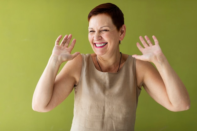 Красивая женщина с короткими волосами, поднимая руки