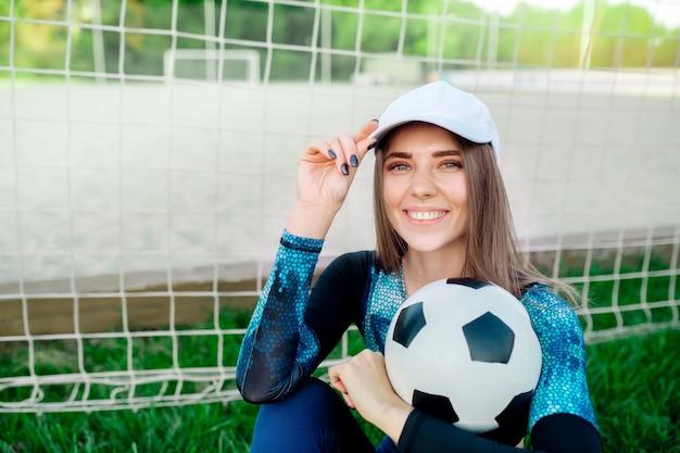 Красивая женщина с футбольным мячом