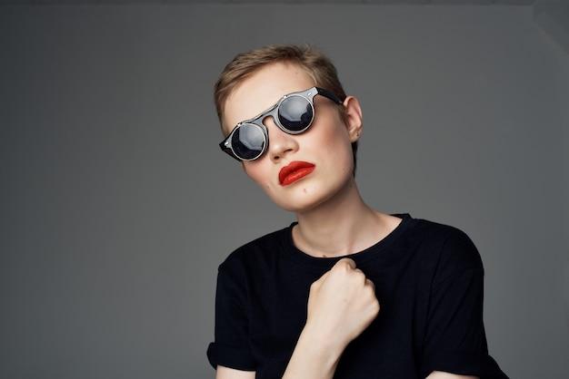 선글라스 패션 고립 된 배경으로 아름 다운 여자
