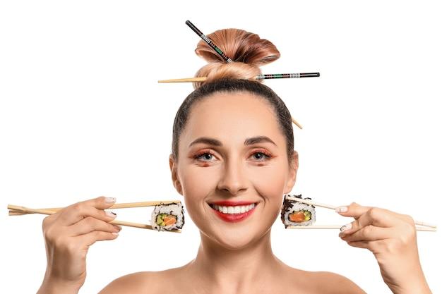 Красивая женщина с вкусными суши