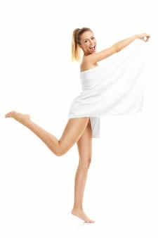 白い背景で隔離入浴後のタオルと美しい女性