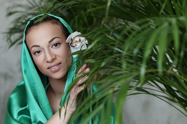 Красивая женщина с традиционным индийским костюмом
