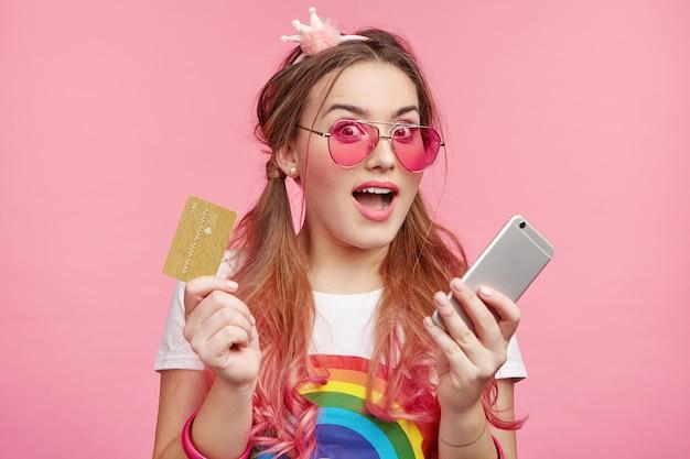Красивая женщина в модных розовых очках