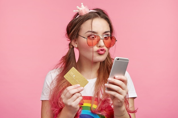 트렌디 한 핑크 선글라스와 아름 다운 여자