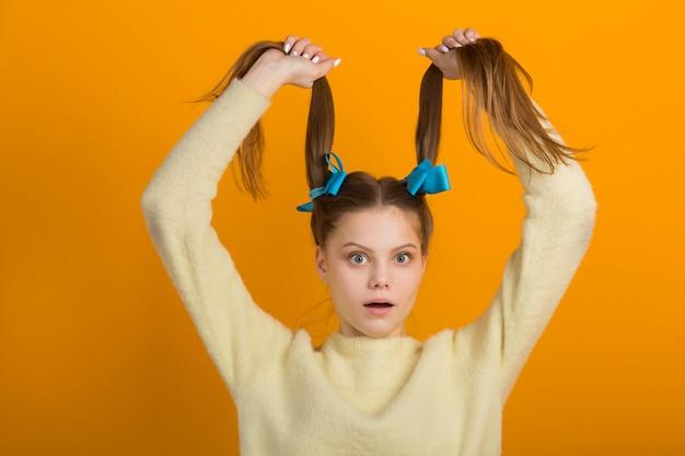Красивая женщина с двумя косами волос