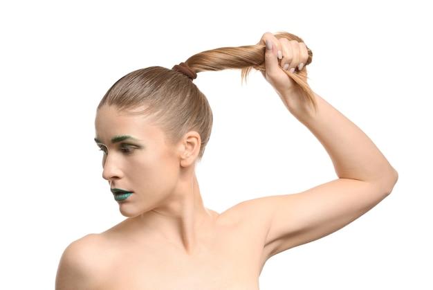 Красивая женщина с необычным макияжем изолированы