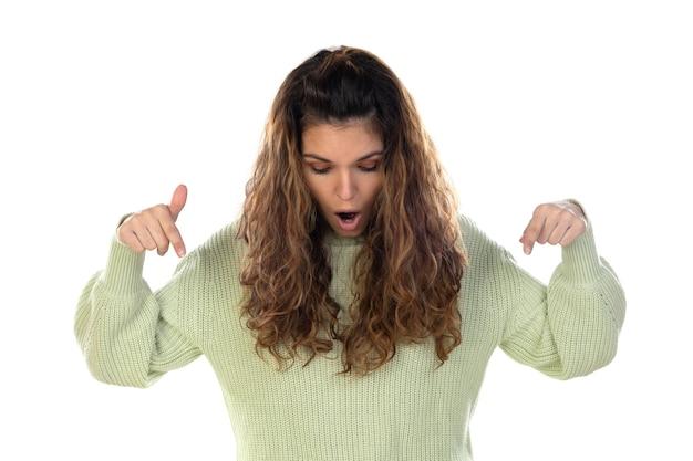 Красивая женщина с волнистыми волосами, изолированные на белой стене