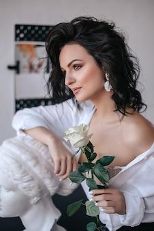 白いバラを持つ美しい女性