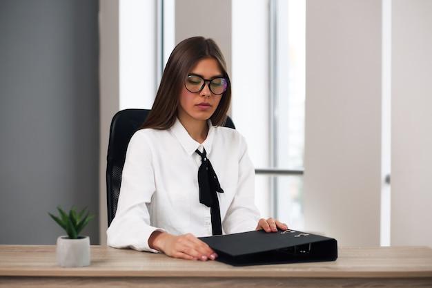 직장에서 일하는 아름 다운 여자 성공적인 비즈니스 여자의 초상화