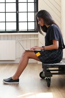 그녀의 노트북에서 일하는 아름 다운 여자