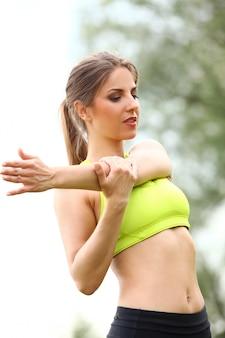 공원에서 운동하는 아름 다운 여자