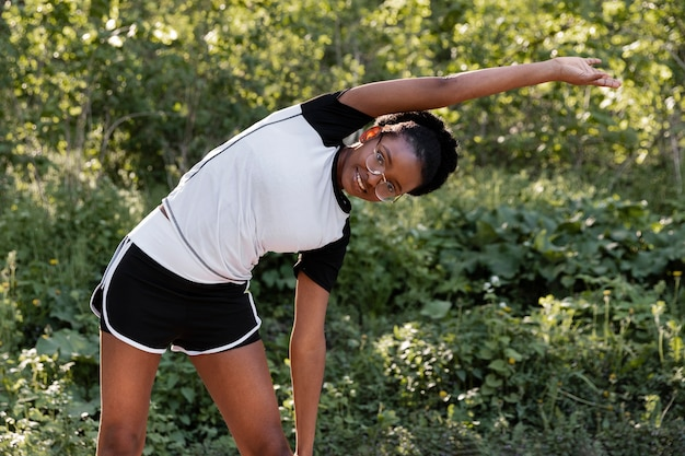 屋外で運動する美しい女性