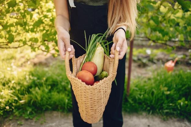家の近くの庭で働く美しい女性