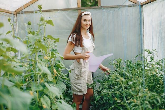 정원에서 작동하는 아름 다운 여자