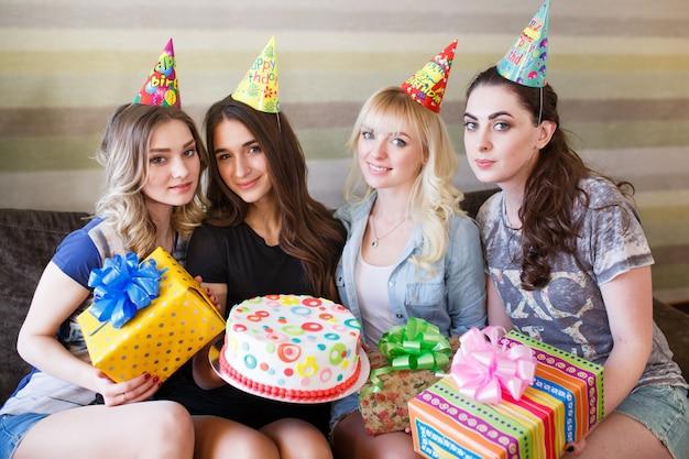 아름다운 여자들은 그의 여자 친구의 생일에 선물을 준다.