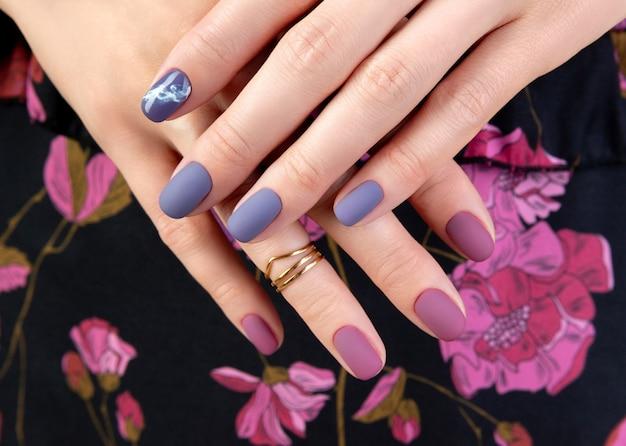 生地に紫のマット マニキュアで美しい梨花の手
