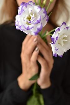 Красивые женские руки держат белые весенние цветы