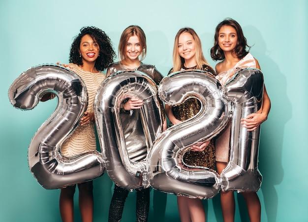 Красивые женщины празднуют новый год. счастливая великолепная женщина в стильном