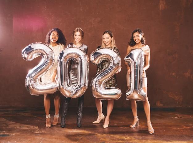 Belle donne che celebrano il nuovo anno. felice splendida femmina in stile Foto Gratuite