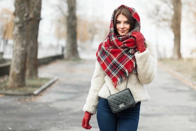 Belle donne vestono la moda della ragazza