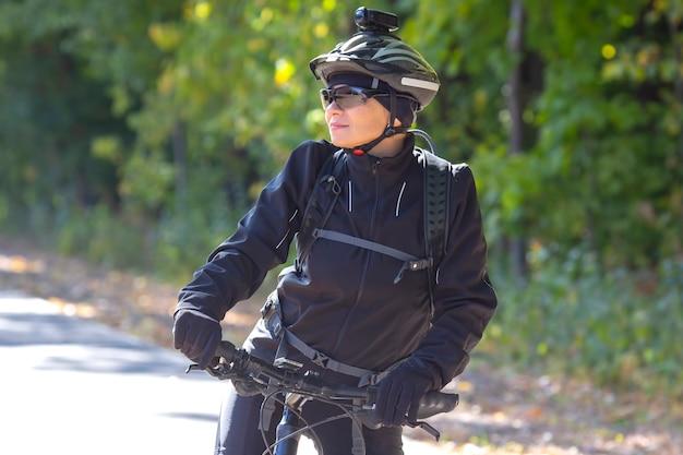 아름다운 여성 사이클 선수는 자전거를 탄다. 건강한 라이프 스타일과 스포츠. 여가와 취미