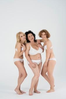 Belle donne di diverse forme e varie età in lingerie
