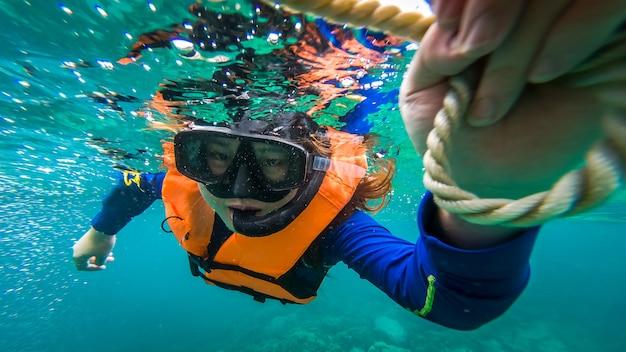 아름다운 스노클링과 함께 바다에서 아름다운 여성 다이빙.