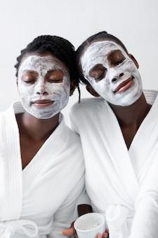 Belle donne che fanno un trattamento viso a casa