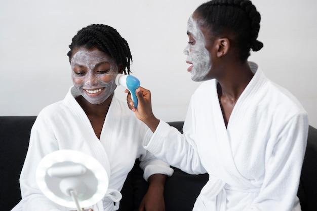 Belle donne che fanno un trattamento di cura di sé a casa