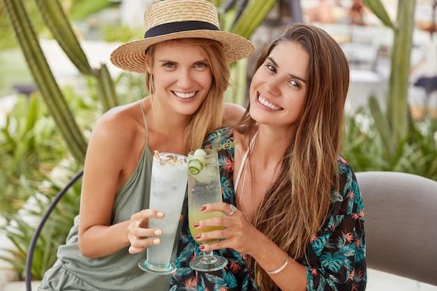 Le belle donne amano trascorrere del tempo insieme nella caffetteria