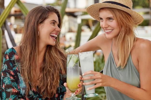 美しい女性はカフェで一緒に時間を過ごすことを楽しむ