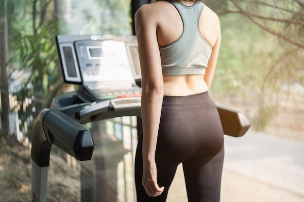 아름다운 여성 운동 체육관에서 디딜 방아, 스포츠 피트니스 개념 훈련