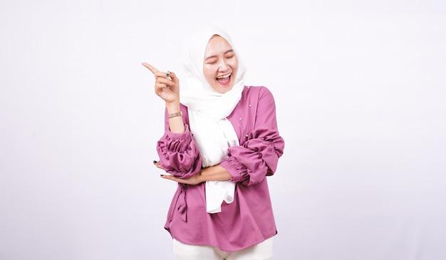 Красивые женщины хиджаб, указывая пустой фон изолированный белый фон
