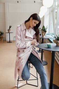 一杯のコーヒーとコーヒーショップで美しい女性。