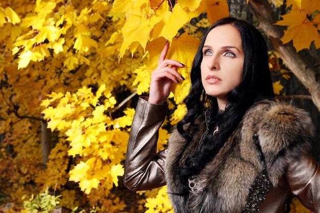 Красивые женщины в осеннем парке