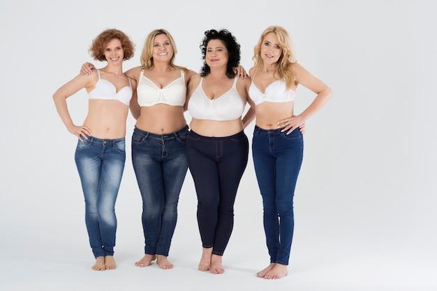 Красивые женщины в различных джинсах изолированы