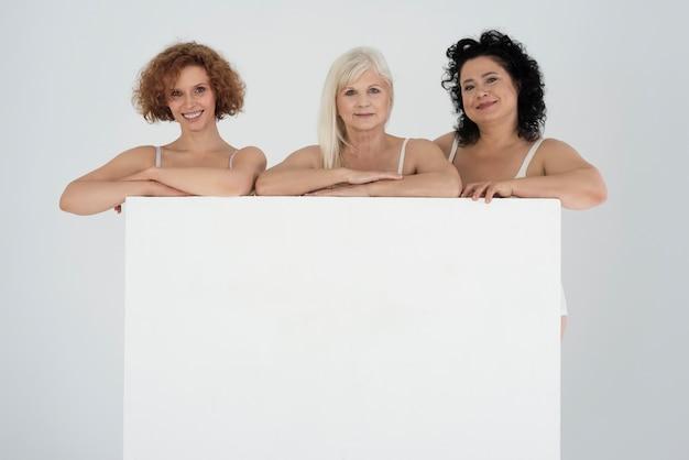 空白のサインとランジェリーのさまざまな形とさまざまな年齢の美しい女性