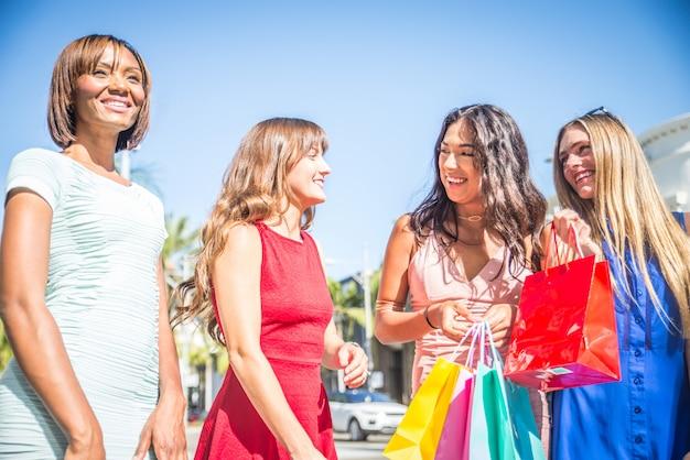 Красивые женщины, делающие покупки