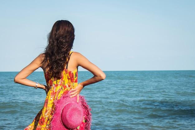 해변에 서있는 아름 다운 여자